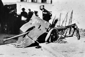 Ødelagt dansk fodfolkskanon foran Hertug Hansgades Hospital i Haderslev efter kampene den 9. april_FHM-17904_1200