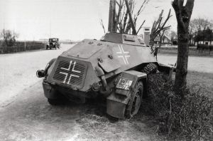 Ødelagt tysk panservogn (Leichter Panzerspähwagen Sd Kfz 221) i Bredevad d. 9. april 1940_FHM-12287_1200