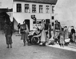 Danske soldater med fodfolkskanon foran Hertug Hansgades Hospital i Haderslev den 9. april_FHM-17282_1200