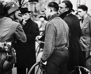 Tysk soldat i samtale med civile danskere den 9. april 1940. Østbanegade ved Langeliniebroen, hvor der var etableret tysk spærring