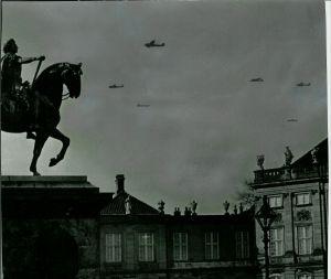 Tyske bombefly kredser over København, da kongen, militær- og regeringensledelsen skal beslutte sig for Danmarks skæbne. Foto: Frihedsmuseets billedarkiv.