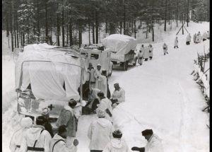 Finland ønsker fredsforhandlinger, som kan afslutte krigen med Sovjetunionen. (På billedet ser man det danske feltlazaret med tilhørende personale, som er sendt til Finland. Foto: Frihedsmuseets billedarkiv).