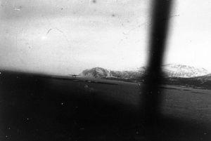 En norsk kyststrækning set fra en flyvemaskine. Både Storbritannien og Tyskland har øjnene rettet mod Norge, men i øjeblikket virker briterne til at være længst i planlægningen af en operation. Kan Skandinavien blive ved med at være neutralt? Foto: Frihedsmuseets billedarkiv.