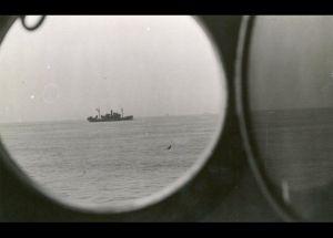 """Den britiske destroyer """"Cossack"""" har i nat opbragt det tyske fragtskib """"Altmark"""". Aktionen skete i neutralt norsk farvand i Jøssingfjord sydvest for Stavanger. Foto: Frihedsmuseets billedarkiv."""