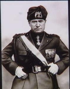 Mossulini, og kaldt 'Il Duce' (italiensk for 'Føreren'), mødes i dag med Hitler. Mossulini er ikke videre interesseret i, hvad der kommer til at ske i Skandinavien, men han er imponeret over de tyske operationsplaner. Fra Frihedsmuseets billedarkiv.