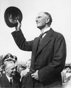 Den britiske premierminister, Neville Chamberlain taler i dag det britiske underhus. Han frygter for Norge og Sveriges sikkerhed. Fra Wikimedia Commons.