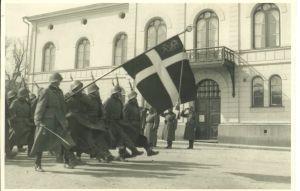 Danske frivillige til den finske hær på parade. De første danske frivillige drog afsted i januar, men med udsigter til, at Vinterkrigen snart er slut, kan de måske snart vende hjem igen? Fra Frihedsmuseets billedarkiv.